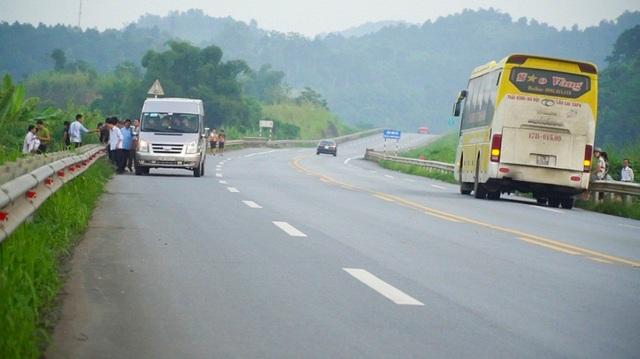 Còn tại km 224-225, đoạn qua địa phận tỉnh Lào Cai, cảnh bến dù xe cóc hoạt động tấp nập hơn. Nhiều tài xế dừng phương tiện 10-15 phút để chờ đợi hành khách, hàng hóa, người dân đi bộ dưới lòng đường, tạo nên một khung cảnh hỗn độn như... đường làng.