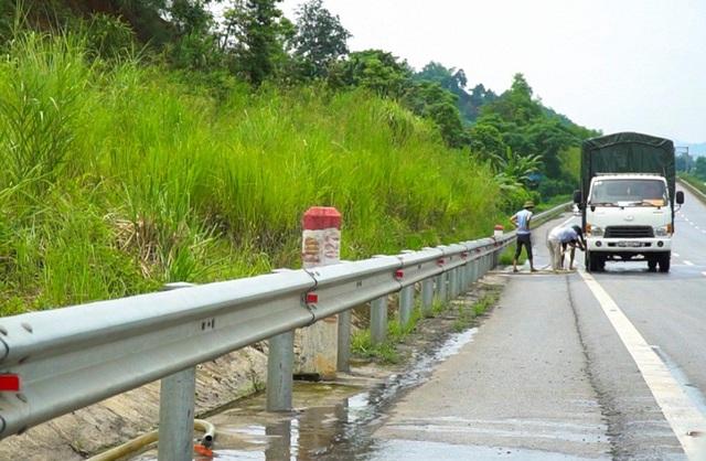 Một điểm người dân mở dịch vụ bơm nước làm mát cho xe tải tại km 220-221 hướng từ Lào Cai đi Hà Nội.