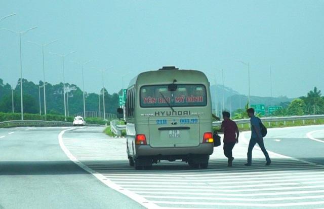 Tình trạng này diễn ra khá phổ biến tại dọc tuyến cao tốc dài gần 300km.