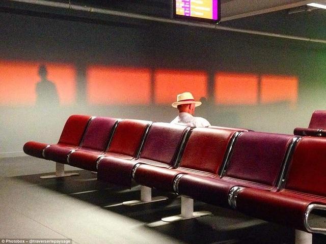 Người thắng giải sẽ được công bố tại London, với giải thưởng trị giá 5.000 bảng Anh. Ảnh trên là một người đàn ông đang ngồi chờ trong ánh nắng mặt trời tại sân bay.