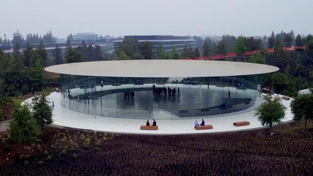 """Nhà hát Steve Jobs, trung tâm hội nghị ngầm dưới đất với sức chứa 1000 người nằm trong khuôn viên trụ sở mới của Apple sẽ là nơi """"quả táo"""" lựa chọn để trình làng iPhone phiên bản đặc biệt"""