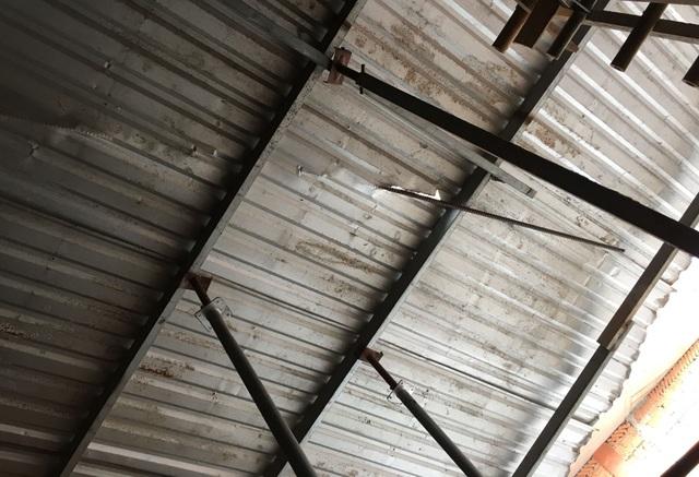 Thanh sắt từ công trình này rơi cắm xuyên mái tôn nhà dân