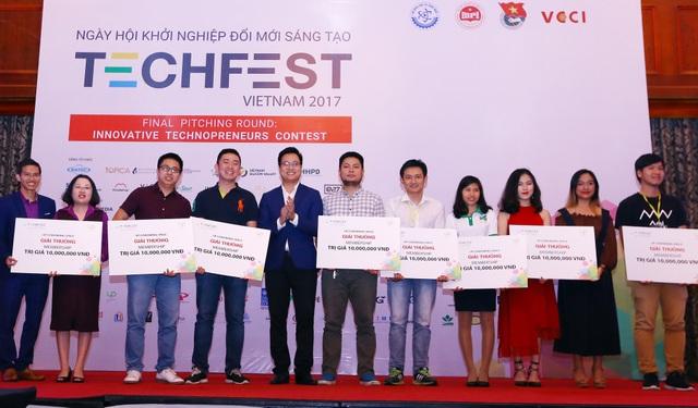 Ngày hội Khởi nghiệp đổi mới sáng tạo Việt Nam 2017 (Techfest Vietnam 2017). Trong ảnh: Các startup đoạt giải tại Cuộc thi chung kết Tìm kiếm tài năng khởi nghiệp.