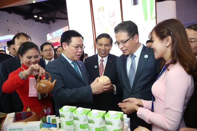 Phó Thủ tướng thăm gian hàng nông sản của tỉnh Bến Tre đang được trưng bày tại Hội chợ