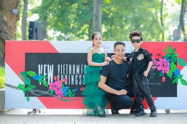 Tổng Đạo diễn Quang Tú cùng các mẫu nhí của chương trình. (Ảnh: Thân Quyết).