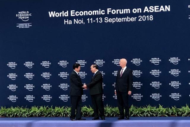 Thủ tướng Nguyễn Xuân Phúc và Chủ tịch WEF tiếp đón Thủ tướng nước Cộng hoà Dân chủ Nhân dân Lào