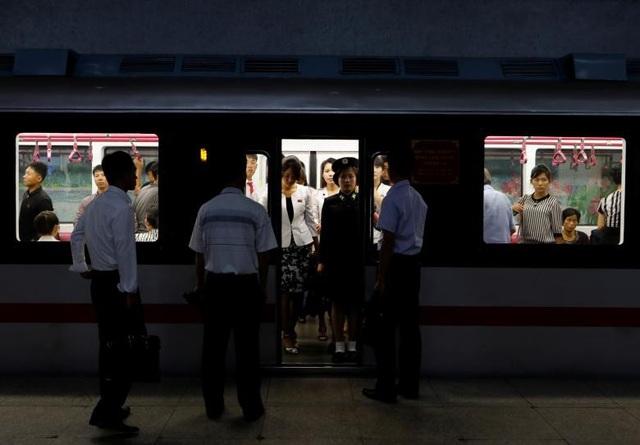 Elaine Li, một khách du lịch Hong Kong, cho biết điều đầu tiên khiến cô chú ý khi đi tàu điện ngầm Triều Tiên là sự yên tĩnh khi các hành khách dường như không nói chuyện với nhau.