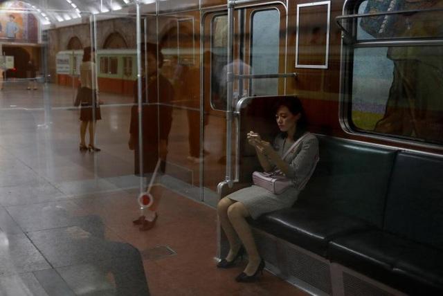 Li cho biết ở Bình Nhưỡng, một số người cũng sử dụng điện thoại di động khi ngồi trên tàu điện ngầm nhưng số này rất ít. Thay vào đó, mọi người thường nhìn xung quanh nhưng cũng ít khi nói chuyện với nhau.