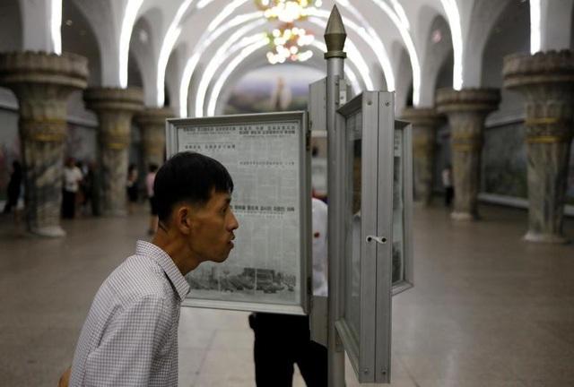 Triều Tiên bố trí các trạm đọc báo ngay tại nhà ga tàu điện ngầm. Người dân có thể dễ dàng theo dõi các tin tức trên báo chính thống của nhà nước Triều Tiên và nhiều người có thể cùng đọc báo một lúc.