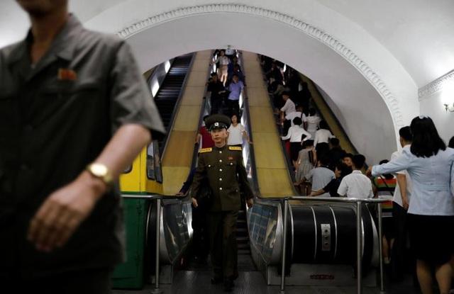 Hệ thống thang cuốn hiện đại giúp người dân Triều Tiên di chuyển khi ra vào các nhà ga tàu điện ngầm.