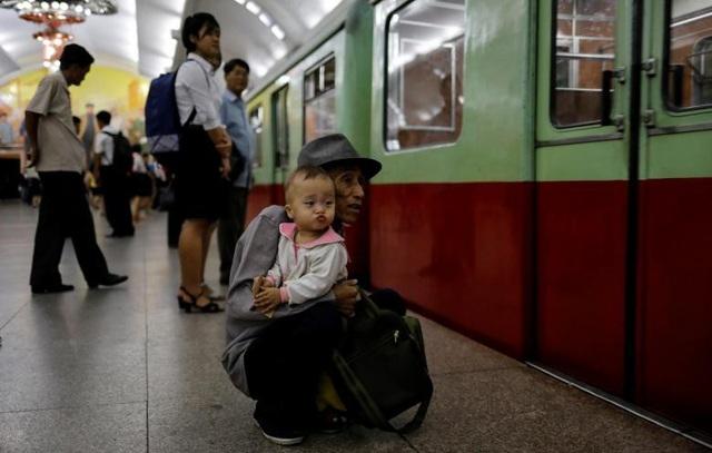 Người dân chờ lên tàu điện ngầm.
