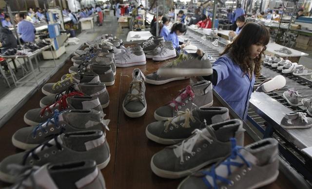 Bên trong một nhà máy sản xuất giày tại Việt Nam (Ảnh: Reuters)