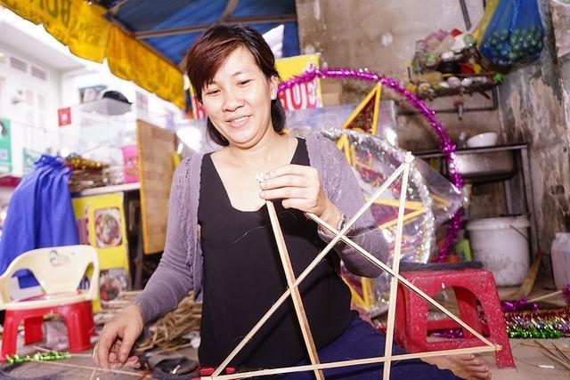 Chị Nguyễn Kim Thu đang xử lý đơn hàng cho một trường mầm non