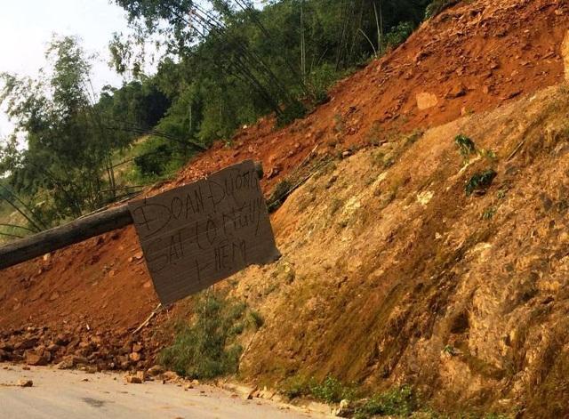 Chính quyền dựng rào chắn cảnh báo nguy hiểm