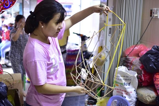 Đại diện một trường mầm non đang đặt hàng khung lồng để các em nhỏ tự tay dán và trang trí