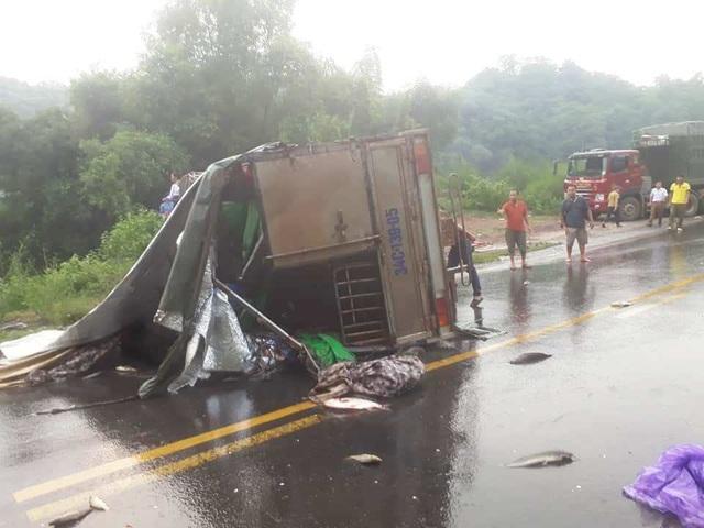 Hiện trường vụ tai nạn xe tải bị lật nghiêng nằm chắn ngang trên đường.