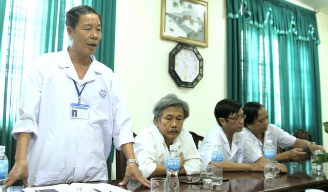 BS CK II. Nguyễn Văn Vỹ, Giám đốc Bệnh viện đa khoa thị xã Hương Thủy (đứng) giải thích về lỗi sai của bệnh viện