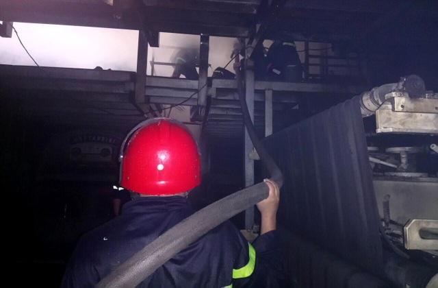 Chiến sĩ PCCC dội nước, tiếp cận đám cháy