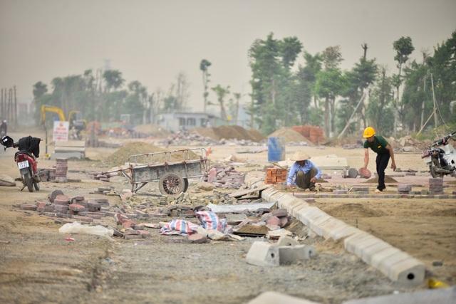 Công nhân đang thi công vỉa hè trên trục đường chạy qua quận Hà Đông.