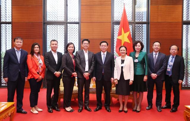 Phó Thủ tướng Vương Đình Huệ cùng đại diện hãng Deloitte