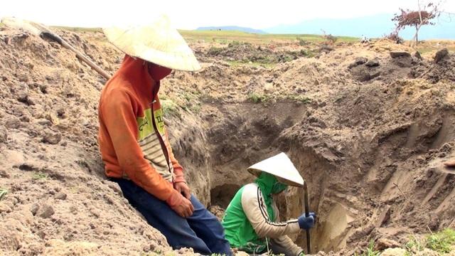 Không chỉ nam giới tham gia đào đá, cả những phụ nữ cũng ra sức tìm vận may