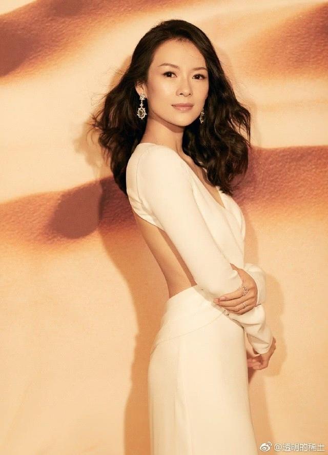 Chương Tử Di tạm thời biến mất khỏi làng giải trí Trung Quốc khi cô mang bầu và sinh đứa con đầu lòng vào năm 2015. Bé gái này là kết quả tình yêu giữa cô và rocker Uông Phong.