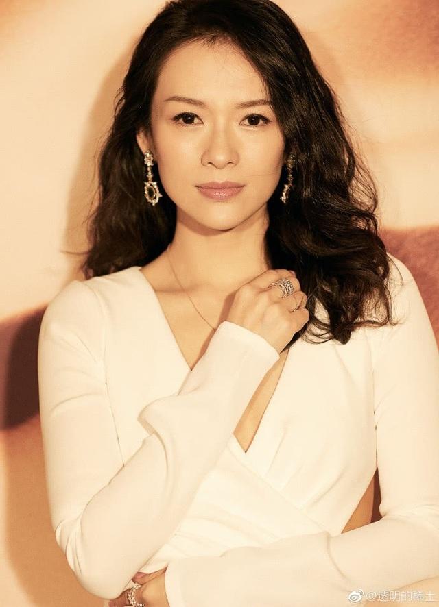 Bên cạnh sự nghiệp điện ảnh rạng rỡ, Chương Tử Di còn là một trong những biểu tượng sắc đẹp của làng giải trí Hoa ngữ. Vẻ đẹp mong manh và nữ tính của cô dường như vẫn vẹn nguyên sau gần 20 năm theo đuổi nghệ thuật.