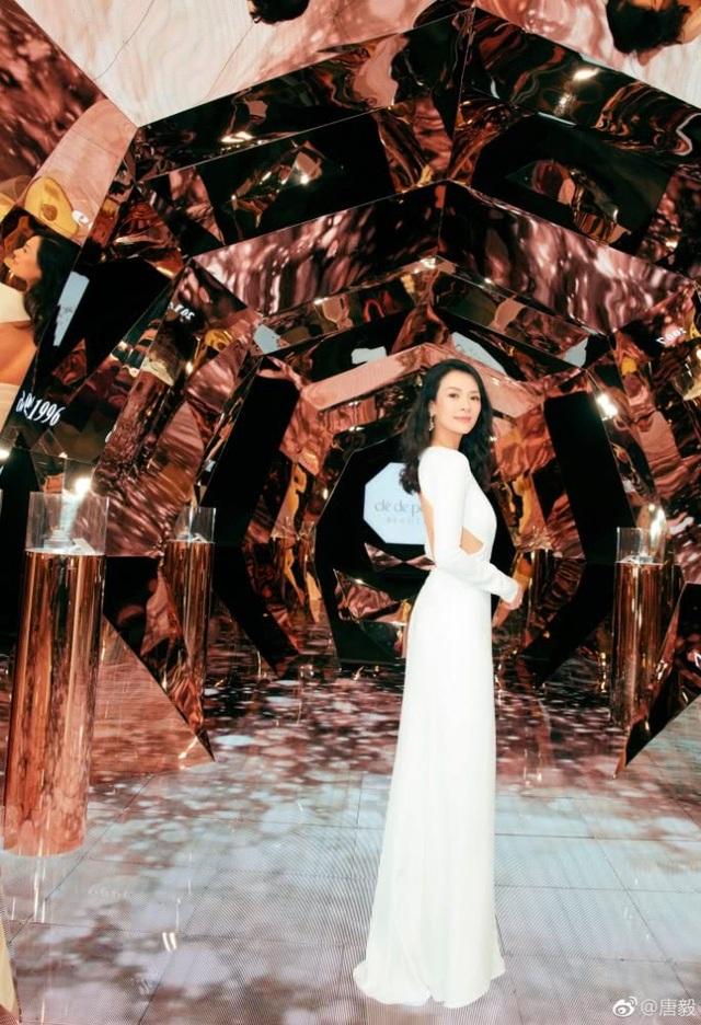 Cuộc hôn nhân viên mãn với Uông Phong khiến Chương Tử Di ngày càng trẻ đẹp và quyến rũ! Nhiều fan đã dành tặng những lòi khen ngợi về nhan sắc ngày càng mặn mà của Chương Tử Di khi xem những hình ảnh mới nhất của cô.