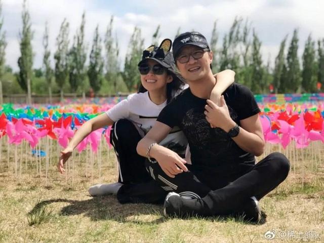 Chương Tử Di và ông xã Uông Phong không chỉ là bạn đời mà còn là đồng nghiệp thân thiết. Trên trang cá nhân, Chương Tử Di rất hay khoe hình ảnh cô và chồng con trong các chuyến du lịch của gia đình.