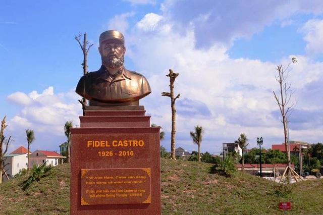 """Bức tượng bán thân với câu nói nổi tiếng của lãnh tụ Fidel Castro: """"Vì Việt Nam, Cuba sẵn sàng hiến dâng cả máu của mình""""."""