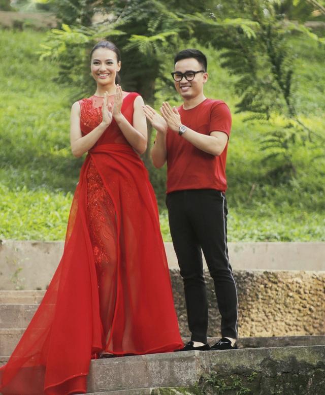 Bạn thân của Ngọc Hân là NTK Hà Duy cũng trình làng BST trong ngày thứ 2 của Tuần lễ Thời trang Việt Nam Xuân - Hè 2019. Chân dài Hồng Quế trình diễn vedette cho BST của Hà Duy.