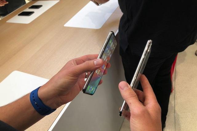 Cận cảnh bộ đôi iPhone XS và XS Max mới ra mắt của Apple - 9