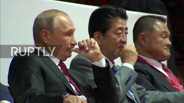Tổng thống Nga Vladimir Putin, Thủ tướng Nhật Bản Shinzo Abe và Tổng thống Mông Cổ Khaltmaagiin Battulga (từ trái qua phải) chăm chú theo dõi các trận đấu (Ảnh: Ruptly)