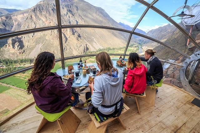Khách sạn độc nhất thế giới treo mình trên vách núi cao hàng trăm mét - 3