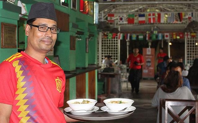 Mochchhe Chandra Baral là một trong số những nhân viên khiếm thính ở Bakery Cafe. Ảnh: Deepak Adhikari