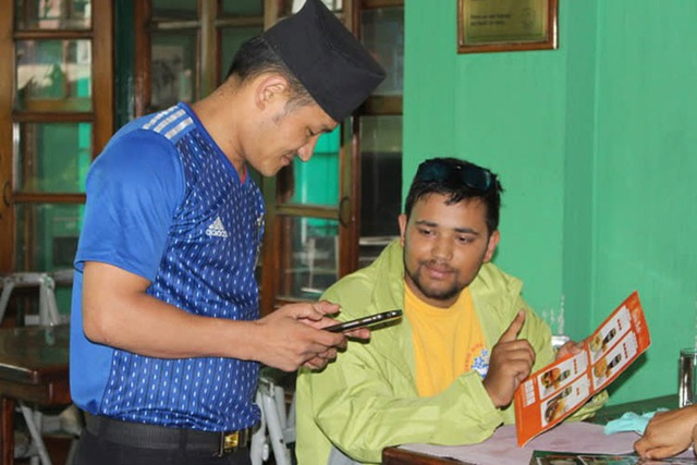 Thực khách ở Bakery Cafe cũng được khuyến khích sử dụng ngôn ngữ ký hiệu tay. Ảnh: Deepak Adhikari