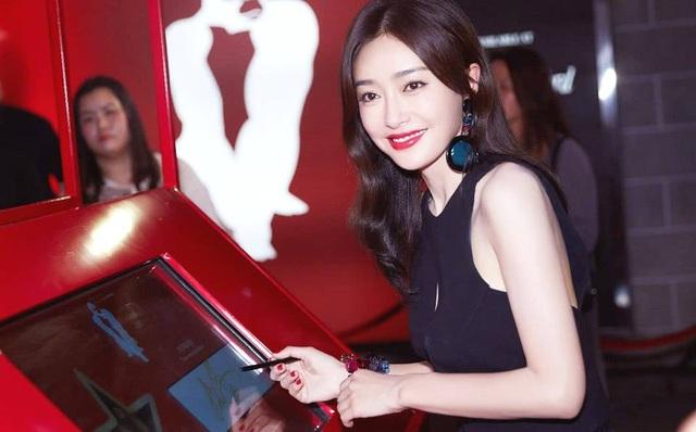 Ngày 12/9, Tần Lam được mời tham dự một sự kiện ở Hồng Kong. Ngôi sao xinh đẹp chọn một chiếc đầm đen ôm sát và thanh lịch.