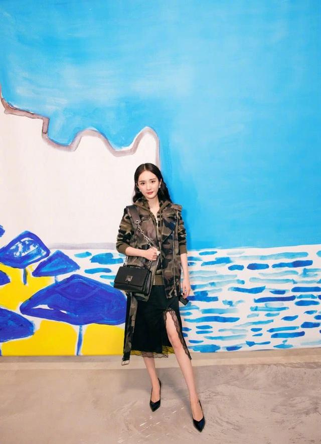 Dương Mịch xuất hiện sang chảnh tại tuần lễ thời trang New York, ngày 12/9. Năm ngay, người đẹp đón tuổi mới tại Mỹ mà không bạn bè, người thân ở bên nhưng cô vẫn nhận được những lời chúc mừng sinh nhật trên trang cá nhân.