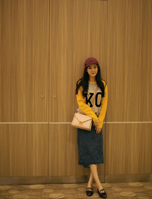 Không chỉ sang chảnh trên thảm đỏ các sự kiện, Dương Mịch còn khiến fan phát cuồng với phong cách thời trang trẻ trung ngoài đời thường. Cô luôn biến sân bay thành sàn diễn của riêng mình. Đây là bộ trang phục mà cô mặc ra sân bay để lên đường bay sang Mỹ, ngày 11/9.