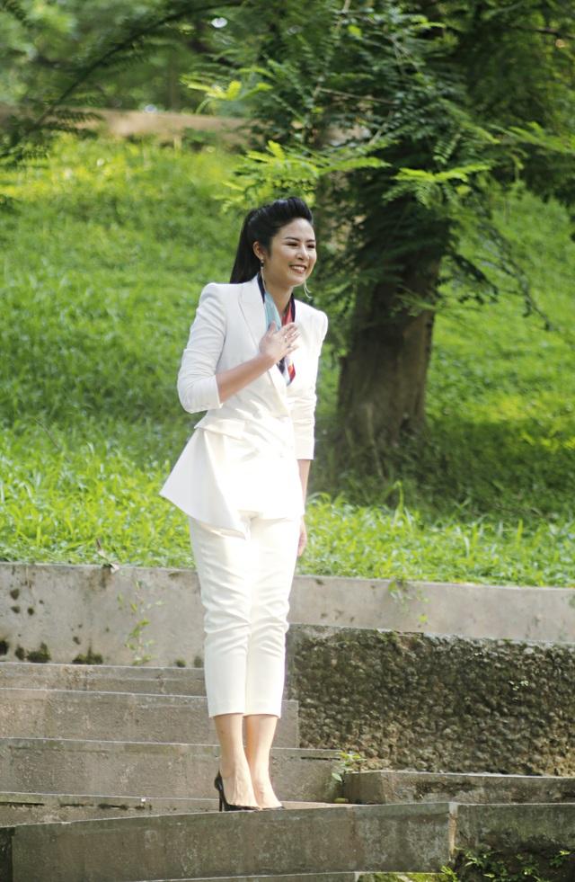 Hoa hậu - NTK Ngọc Hân diễn đạt mùa hè bằng gam màu trắng và điểm xuyết những chiếc khăn lụa nền nã.