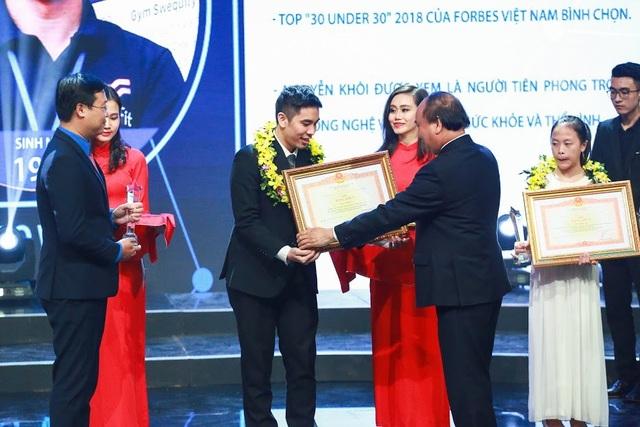 Nguyễn Khôi nhận bằng khen của Thủ tướng chính phủ tại lễ trao giải Gương mặt trẻ Việt Nam tiêu biểu năm 2017.