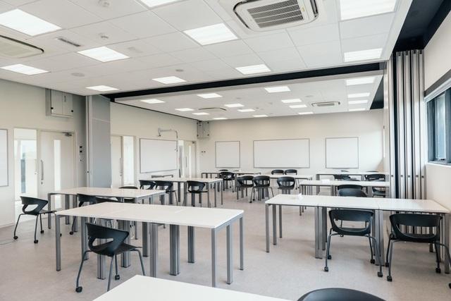 Phòng học truyền thống được thiết kế rộng rãi, thoáng đãng, tận dụng tối đa ánh sáng tự nhiên