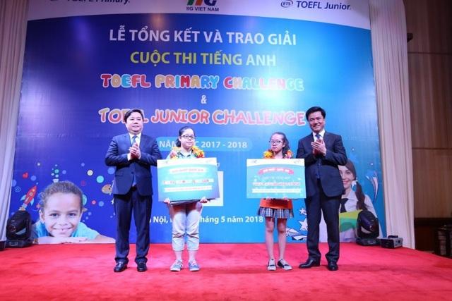 Tiến sĩ Chử Xuân Dũng - Giám đốc Sở GD&ĐT Hà Nội và ông Đoàn Hồng Nam - Chủ tịch IIG Việt Nam trao giải cho các thí sinh tại Lễ Tổng kết TOEFL Challenge năm học 2017-2018