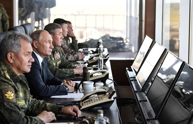 Tổng thống Nga Vladimir Putin thị sát cuộc tập trận cùng với các quan chức quốc phòng. (Ảnh: Reuters)