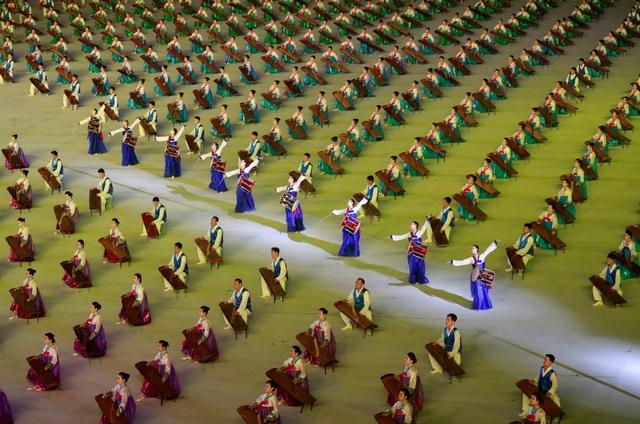 Các nghệ sĩ biểu diễn với trống và đàn tại sân vận động. (Ảnh: Reuters)