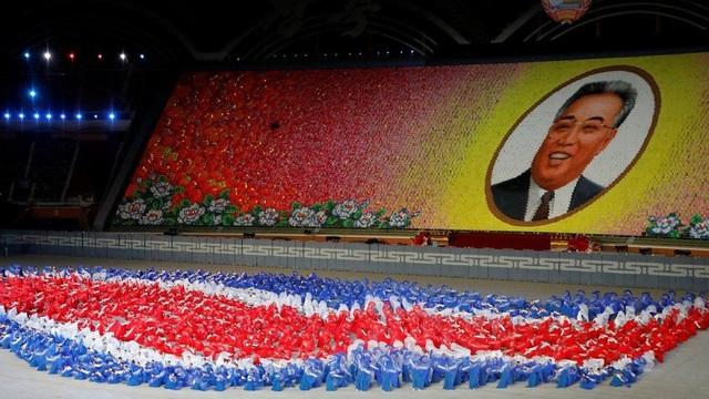 Hơn 17.000 em nhỏ đã dùng các trang sách in màu để xếp thành hình các nhà lãnh đạo, phong cảnh hoặc các câu khẩu hiệu tại chương trình đồng diễn ở Bình Nhưỡng ngày 9/9. (Ảnh: Reuters)
