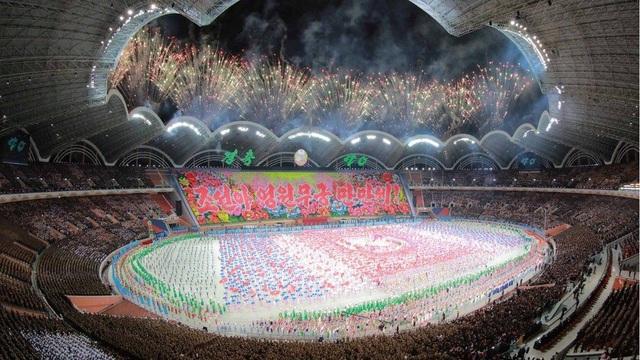 Sân vận động với sức chứa 150.000 người tỏa sáng trong chương trình đồng diễn (Ảnh: Reuters)