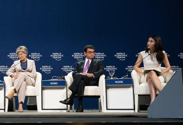 Chuyên gia từ Viện Nghiên cứu Chiến lược Quốc tế (IISS) Singapore, Tiến sĩ Lynn Kuok (phải) phát biểu tại phiên thảo luận. (Ảnh: Wefforum)