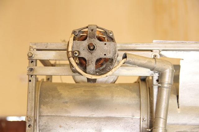 Động cơ của máy được các thầy tận dụng từ mô tơ quạt điện hỏng.