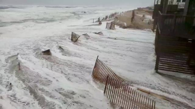 Nước biển dâng cao và tràn vào bờ ở các khu vực duyên hải (Ảnh: Reuters)